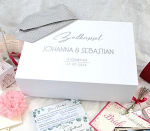 Idee zum Aufheben ausgefüllter Gästekarten mit Fragen: personalisierte Zeitkapsel zur Hochzeit
