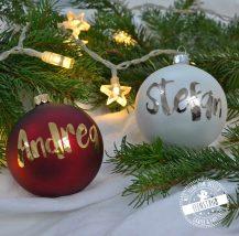Personalisierbare Christbaumkugeln mit Namen in Rot und Weiß mit gold und silber