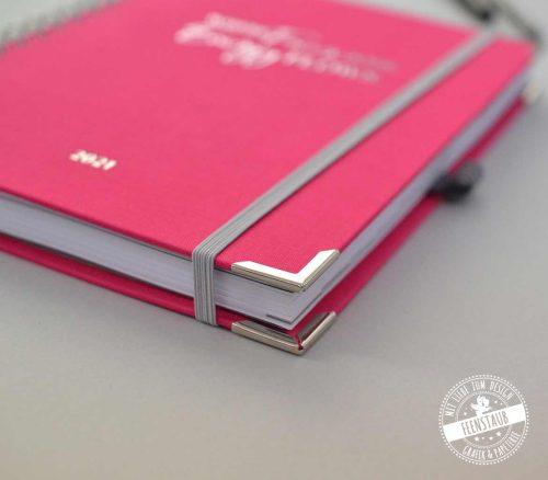 Hochwertiger Wochenkalender in Pink und grau mit Silberprägung