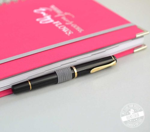 Terminplaner in Pink mit Stiftschlaufe, Gummiband, Prägung und Buchecken