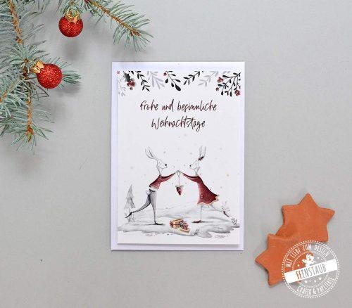 Weihnachtskarte mit süßem Hasenpaar und weihnachtlichen Motiven
