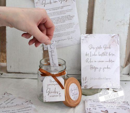 Beziehungsglücksglas mit Blöcken zum Ausfüllen und sammeln