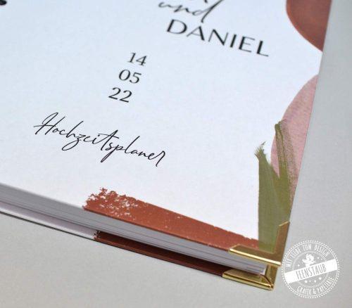 Hochwertiger personalisierbarer Hochzeitsplaner mit Buchecken und hardcover