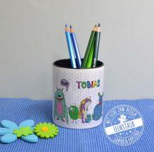 Stiftebecher mit bunten Monstern, personalisierbar mit Namen für das Schulkind
